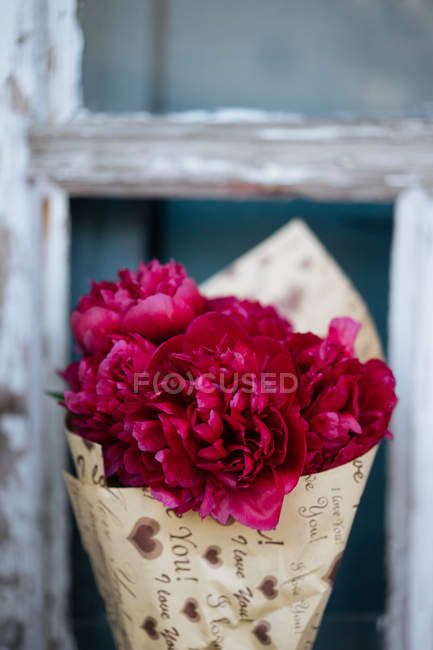 Bouquet di peonie rosa in carta da imballaggio — Foto stock