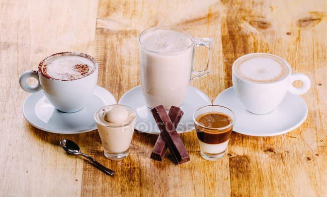 Assortiment de boissons au café chaud et chocolat sur surface en bois — Photo de stock