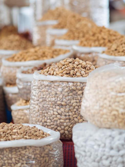 Beutel gefüllt mit verschiedenen Körnern und aromatischen Gewürzen und Zutaten am Bauernmarkt — Stockfoto