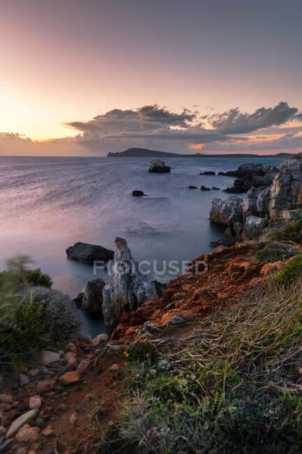 Salida del sol en las costas de Menorca - foto de stock