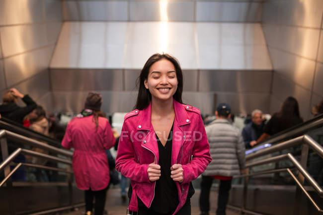 Affascinante giovane donna sulle scale della metropolitana — Foto stock
