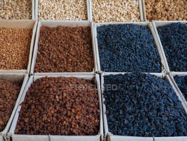 Kisten mit aromatischen Gewürzen und Zutaten am Bauernmarkt — Stockfoto