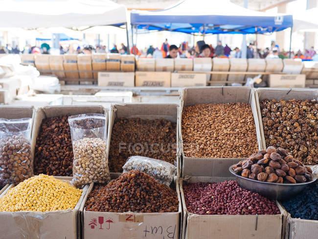 Cajas de especias aromáticas y condimentos en el mercado de los agricultores - foto de stock