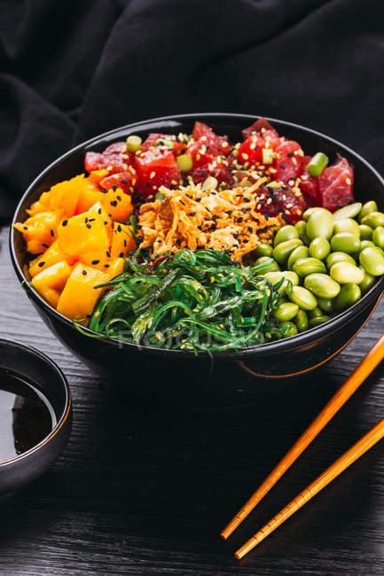 Кубок різних Азіатський харчової та паличками на чорний дерев'яні настільні — стокове фото