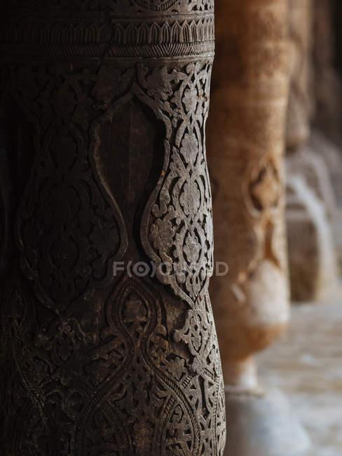 Ornamento em estilo oriental decorando antigas colunas de pedra, Uzbequistão — Fotografia de Stock
