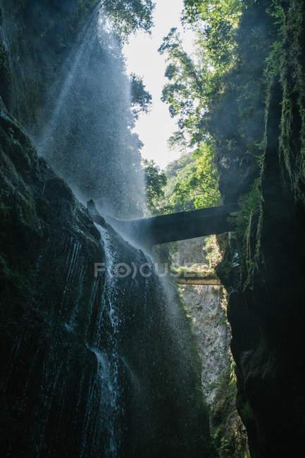 Скал скалистые зеленый Каньон в солнечном свете — стоковое фото