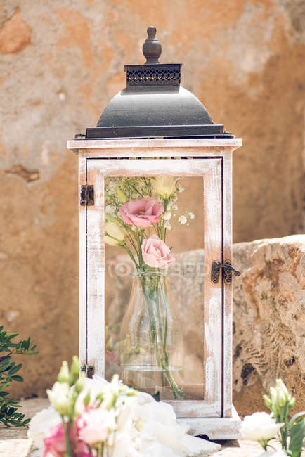 Vintage glass case with rosy bouquet — Stock Photo