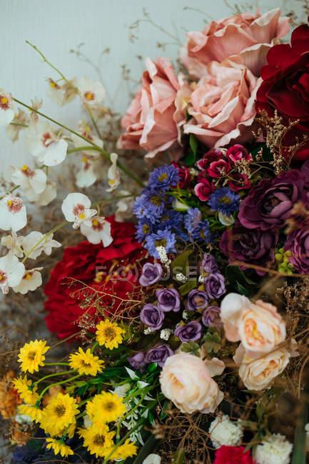 Элегантный букет эффектные свежих роз и цветов с сушеными цветами и травами — стоковое фото