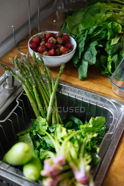 Fresh washed vegetables in kitchen sink — Stock Photo