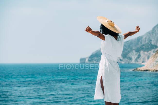Black woman with straw hat enjoying the views — Stock Photo