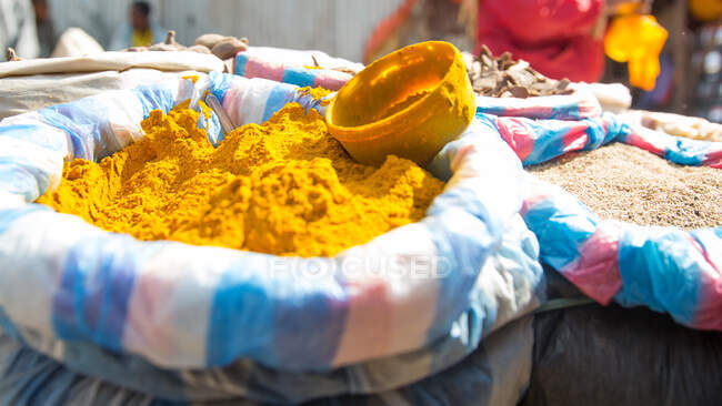 Vista delle colture delle donne africane serie in fazzoletti che siedono e vendono verdure sul mercato — Foto stock