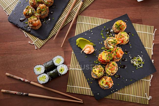 Köstliche kalifornische Sushi-Rolle auf Schiefer — Stockfoto