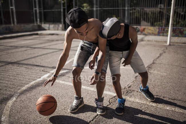 Афро-юные братья играют в баскетбол на открытом воздухе — стоковое фото