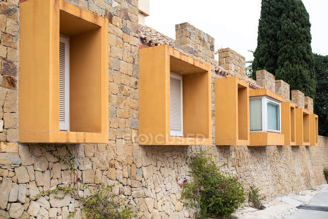 Esterno di edificio in mattoni con finestre geometriche cubo — Foto stock