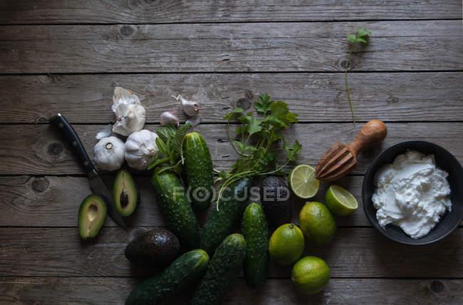 Ingrédients pour préparer tzatziki sur table en bois — Photo de stock