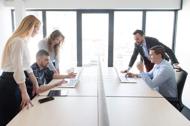 Група колег, які працюють у сучасному офісі. — стокове фото