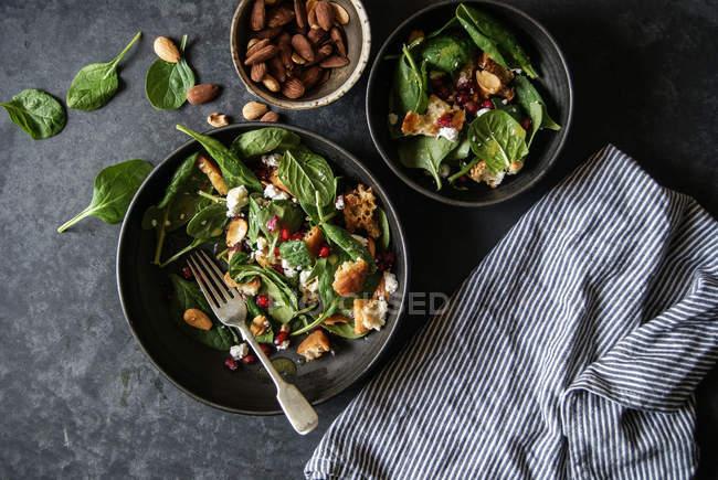 Ensalada con verduras y queso en la superficie gris - foto de stock