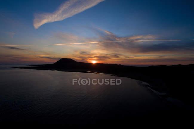Silhouette côtière rocheuse au coucher du soleil, La Graciosa, Îles Canaries — Photo de stock