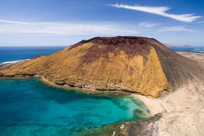 Ocean lagoon and sandy beach with rocks, La Graciosa, Canary Islands — Stock Photo