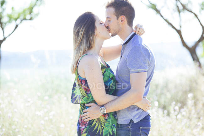 Romantic couple kissing and embracing outside — Stock Photo