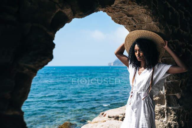 Черная женщина презирает вид на море — стоковое фото