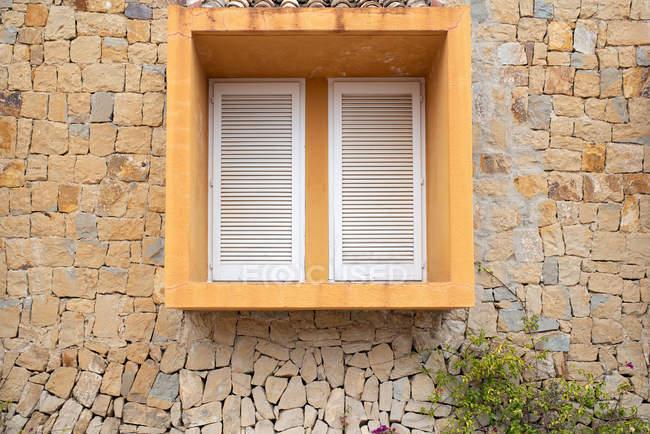 Außenseite der Backsteinbau mit geometrischen Würfels Fenster — Stockfoto