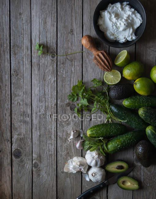Zutaten für die Zubereitung von Tzatziki auf Holztisch — Stockfoto