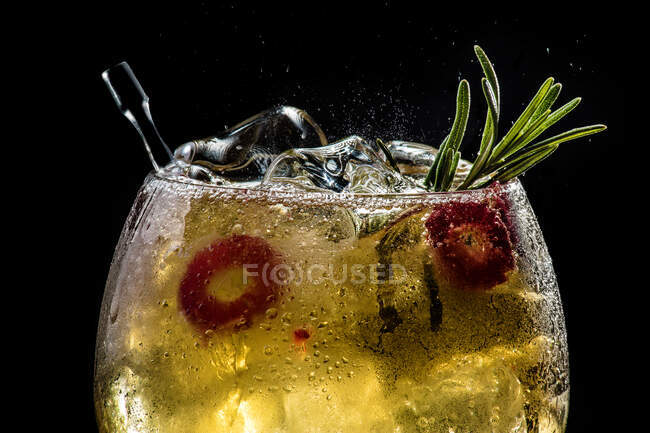 Closeup of bubbly red gin tonic with cucumber and pepper — Stock Photo