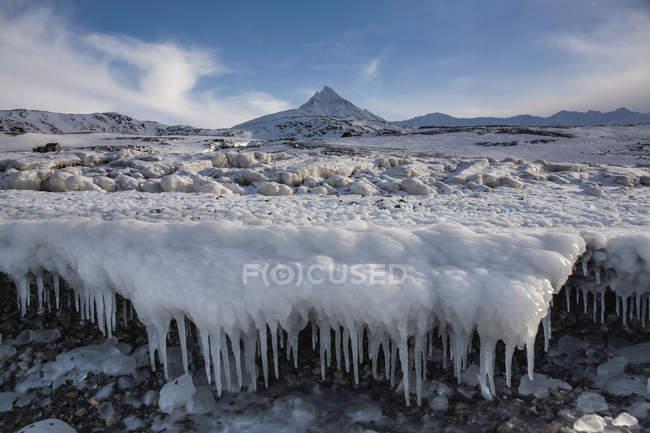 Glaces étonnantes sur la surface montagneuse en hiver dans les hautes terres, Svalbard, Norvège — Photo de stock