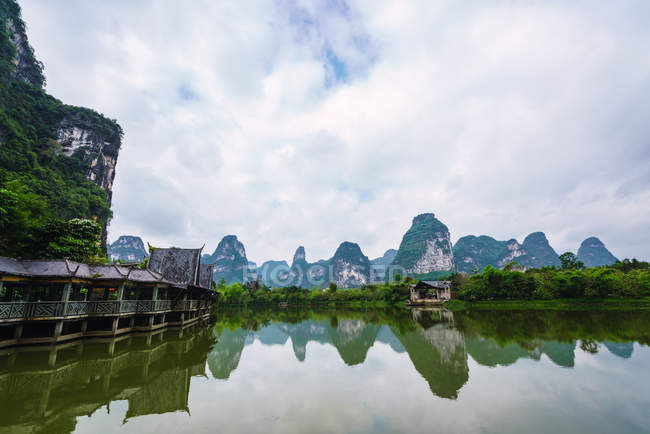 Tranquil Quy Son river and mountains under cloudy sky, Guangxi, China — Stock Photo