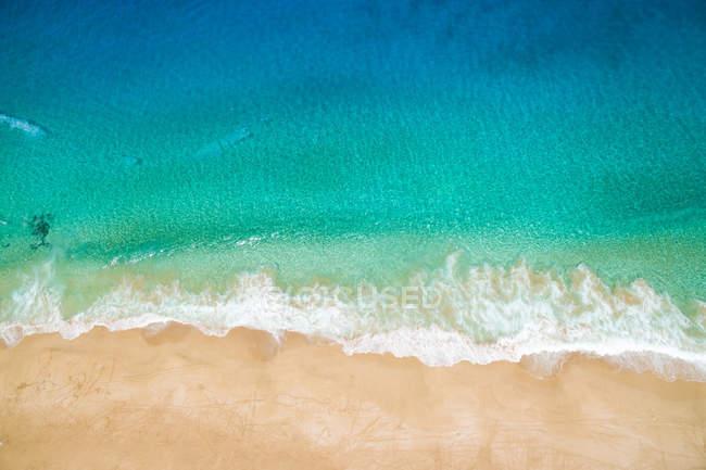 Eau de mer turquoise lumineuse et plage de sable, La Graciosa, Îles Canaries — Photo de stock