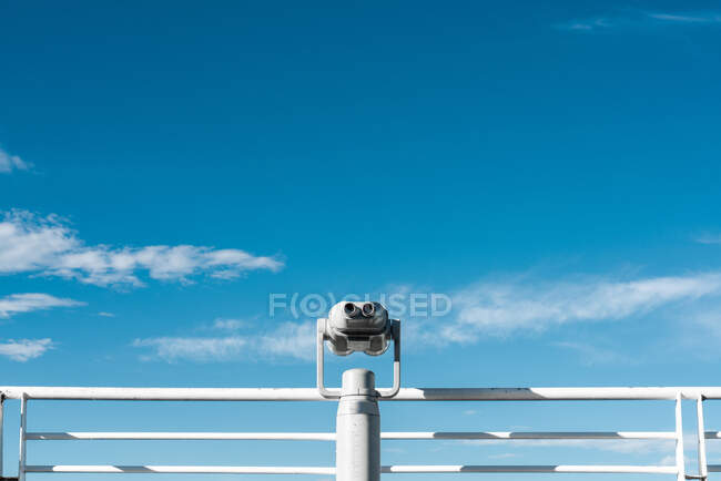 Binocular on viewpoint with cityscape — Stock Photo