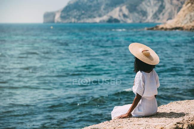 Femme noire avec chapeau de paille profitant de la vue — Photo de stock