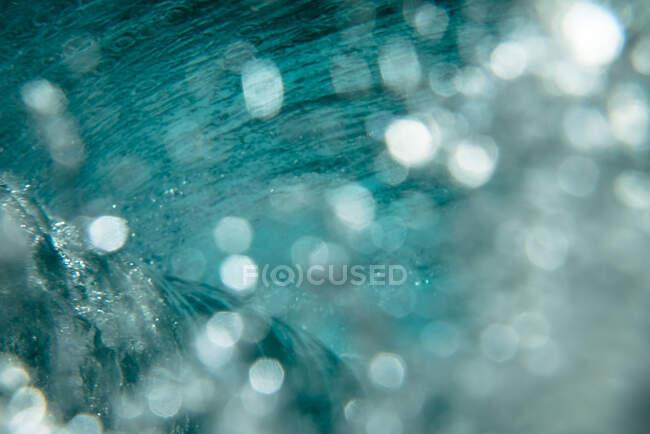 Красивая океанская волна с пузырьками воздуха — стоковое фото