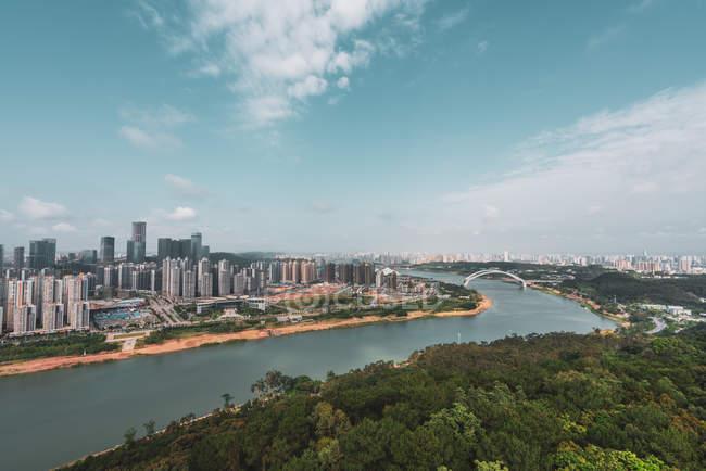 Міський пейзаж сучасної метрополії, на березі річки Наньнін, Китай — стокове фото