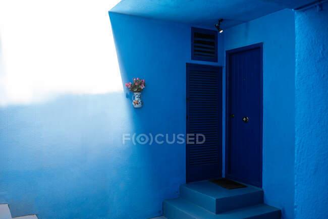 Arquitectura moderna de un edificio azul puerta de madera - foto de stock