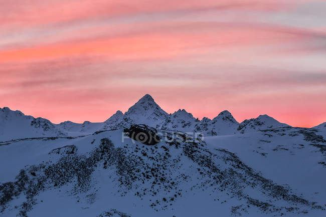 Dramatic sky over winter mountain landscape, Svalbard, Norway — Stock Photo