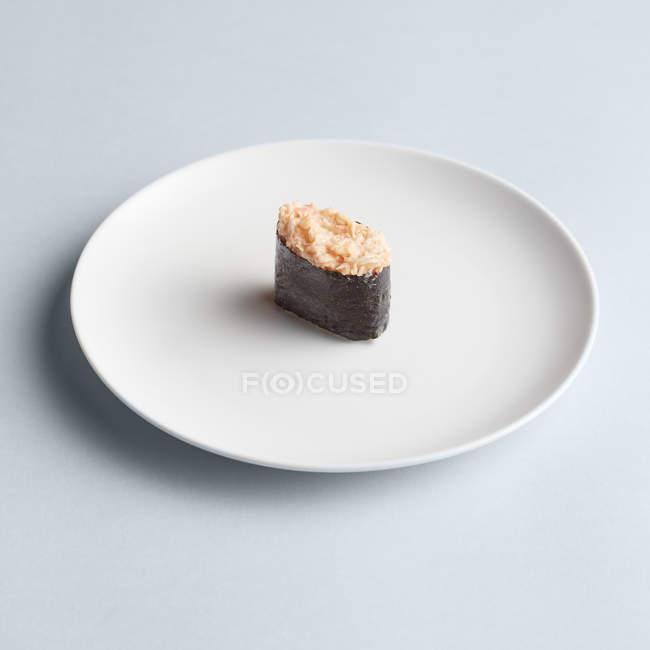 Sushi Maki japonais sur plaque blanche — Photo de stock