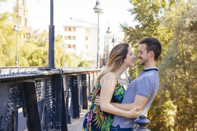 Embrasser couple amoureux debout à l'extérieur — Photo de stock