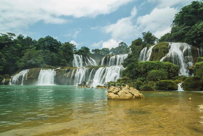 Stunning cascade of Chinese Detian waterfall, Guangxi, China — Stock Photo