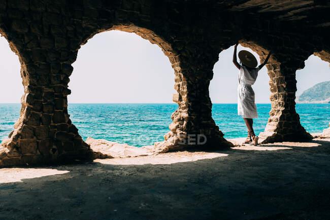 Чорна жінка роздумує над видом на море — стокове фото