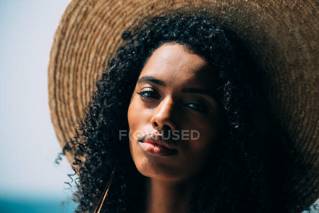 Portrait of a black woman with straw hat — Stock Photo