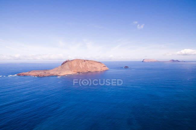 Vaste mer bleue avec îles rocheuses, La Graciosa, Îles Canaries — Photo de stock