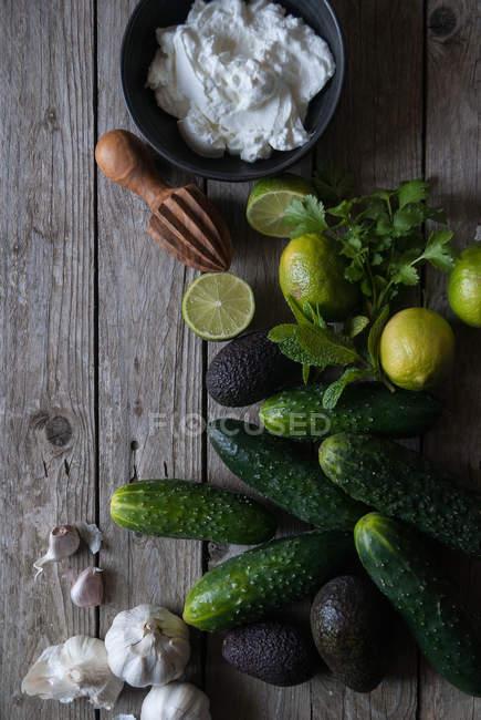 Інгредієнти для підготовки тцадзікі на дерев'яні таблиці — стокове фото