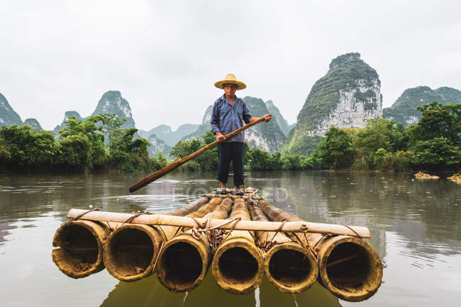 Chinese villager rafting on Quy Son river, Guangxi, China — Stock Photo