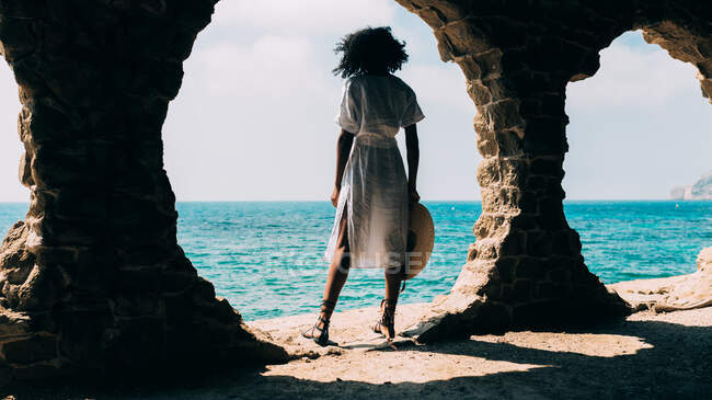 Black woman contemplating the sea view — Stock Photo