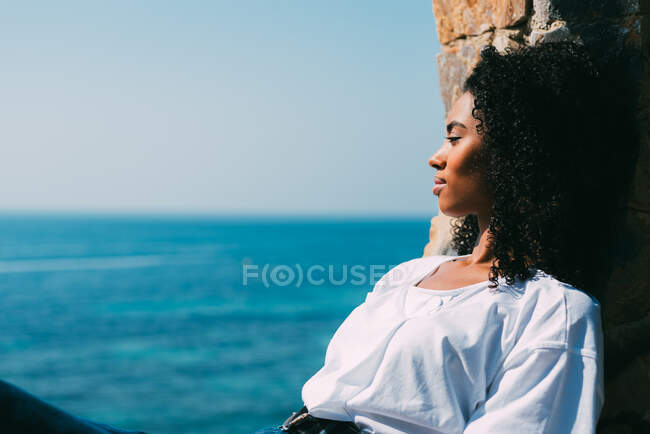 Woman sitting contemplating the sea view — Stock Photo