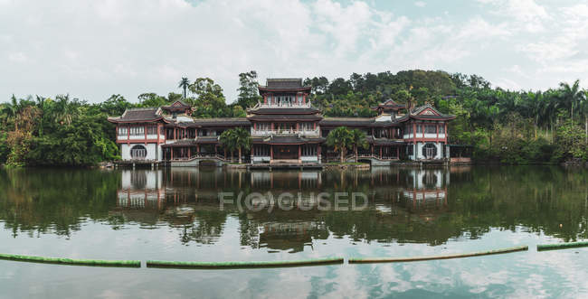 Екстер'єр декоративних Східні будівлі зроблений на тропічний озеро в Qingxiu Гора, Наньнін, Китай — стокове фото