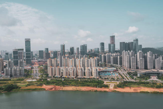 Paisaje urbano de la metrópoli contemporánea en la orilla del río, Nanning, China - foto de stock