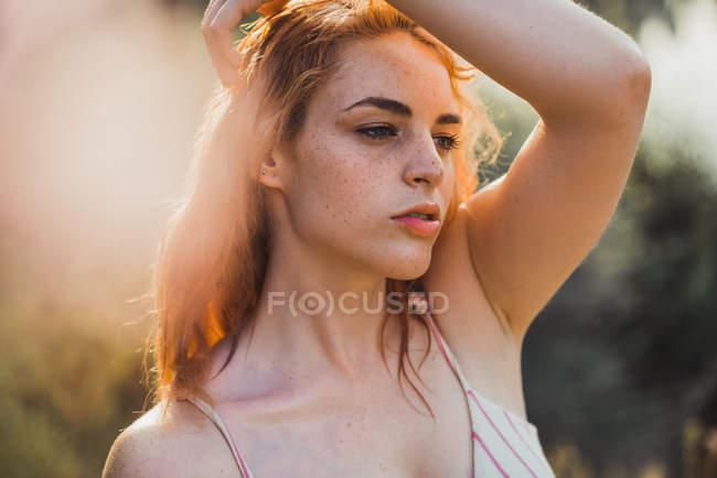 Porträt des jungen sommersprossigen sinnliche Frau im Sonnenlicht wegschauen — Stockfoto